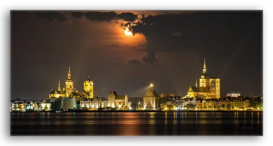 Skyline Stralsund bei Nacht